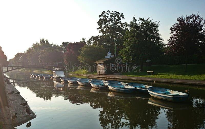 Boote auf Fluss lizenzfreie stockfotografie
