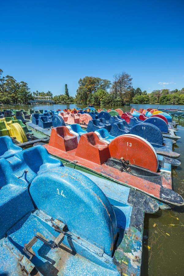 Boote auf Palermo-Holz in Buenos Aires, Argentinien. stockbild