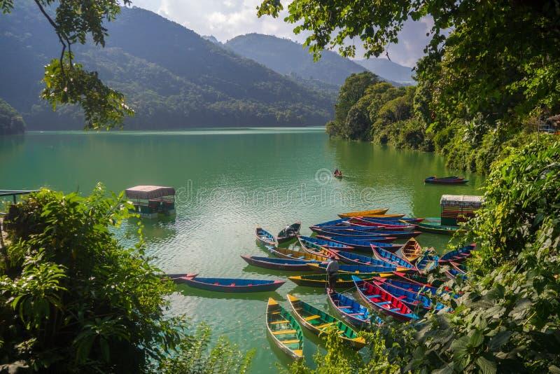 Boote auf Phewa See lizenzfreie stockfotos