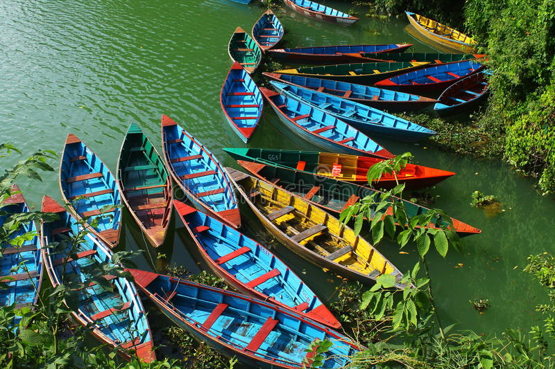 Boote auf Pokhara See in Nepal stockfoto