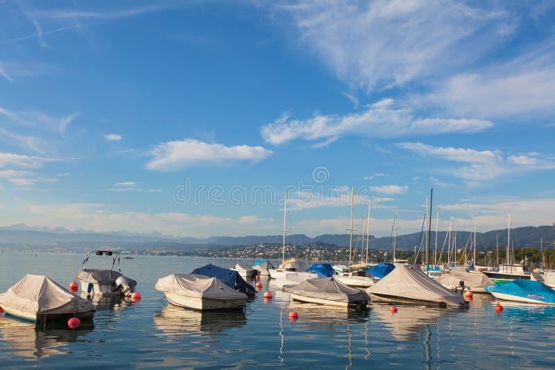 Boote auf See Zürich an der Mitte von August stockbild