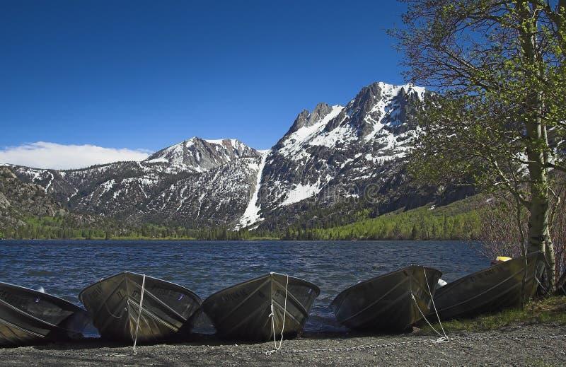 Boote auf silbernem See stockbild