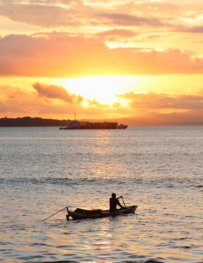 Boote auf Sonnenuntergangmeer lizenzfreies stockbild