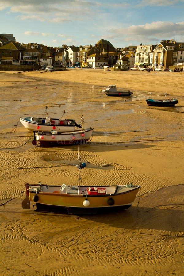 Boote auf St. Ives Strand Cornwall lizenzfreie stockbilder