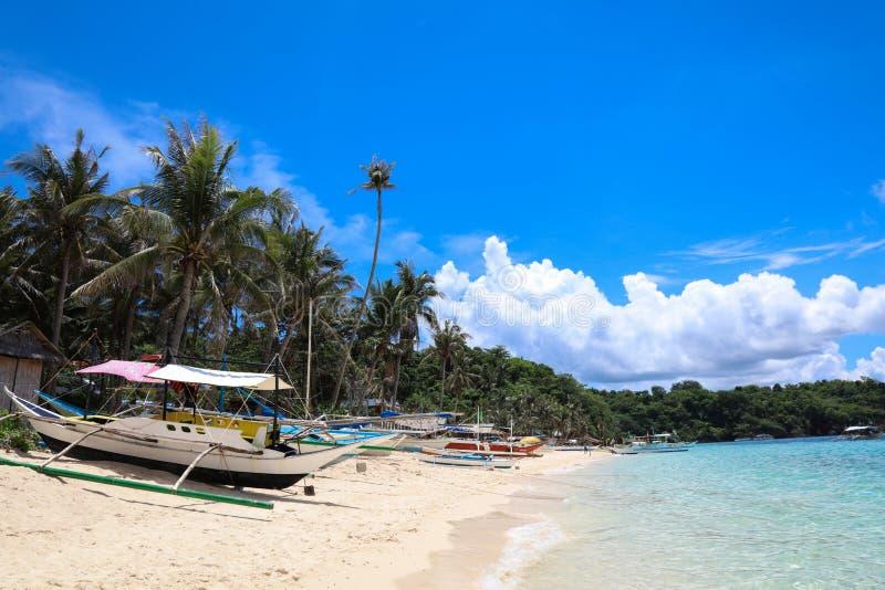 Boote auf Strand Ilig Iligan, Boracay-Insel, Philippinen lizenzfreie stockbilder