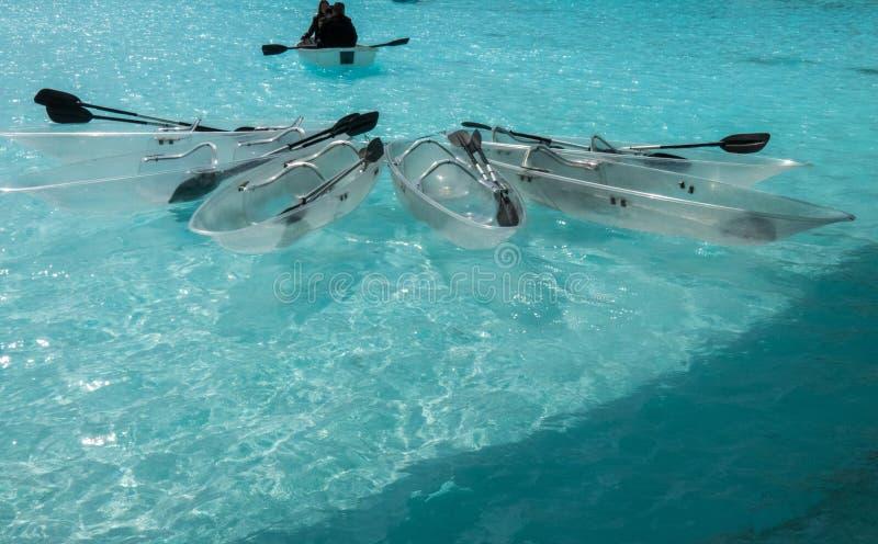 Boote auf Wasseroberfläche vor Valencias Stadt von Künsten und von Wissenschaften lizenzfreies stockbild