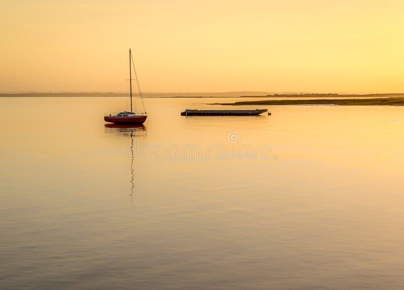 Boote bei Sonnenuntergang auf einem Fluss lizenzfreies stockbild