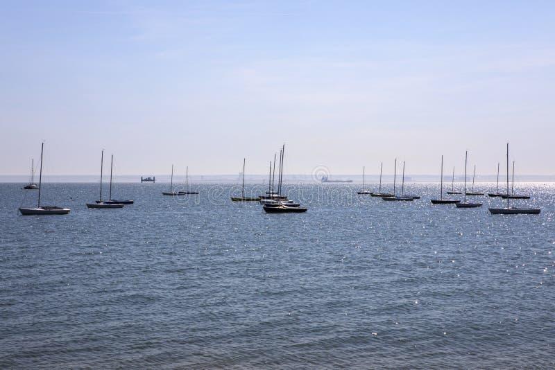 Boote bei Thorpe Bay in Essex lizenzfreies stockfoto