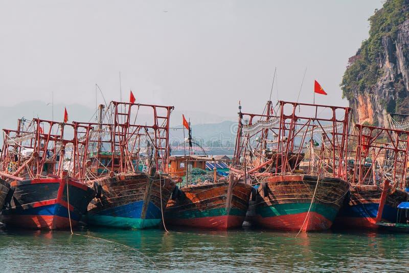 Boote in Cai Rong-Hafen, Bai tu lang lizenzfreies stockfoto