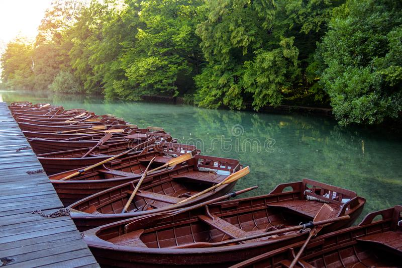 Boote in den Nationalpark Plitvice Seen lizenzfreie stockfotos