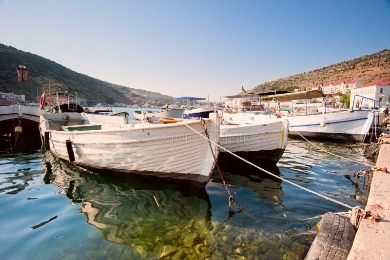 Boote in der Hafenstadt Baloklava. lizenzfreie stockbilder