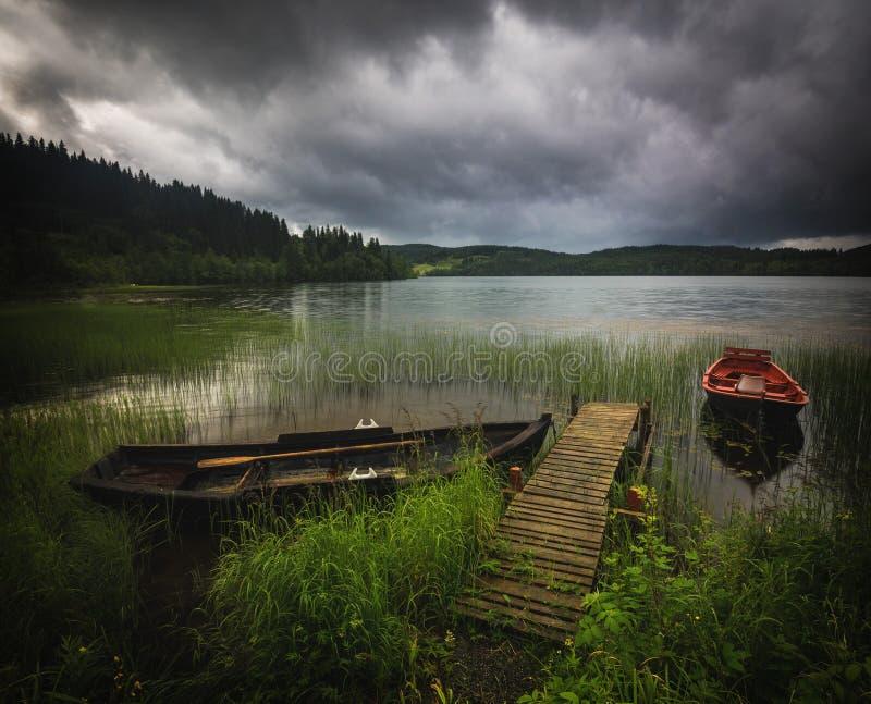 Boote in der kleinen Bucht auf Jonsvatnet See, norwegische Sommerzeit stockfoto