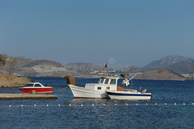 Boote in der Seebucht lizenzfreies stockbild