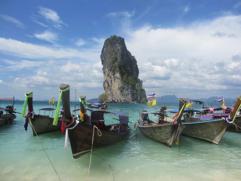 Boote des langen Schwanzes auf dem Strand in reizender Poda-Insel, Thailand stockbilder