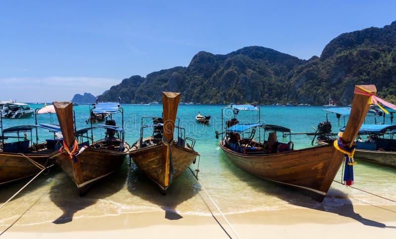 Boote des langen Schwanzes auf sandigem Strand, Phi Phi Don-Insel stockbilder