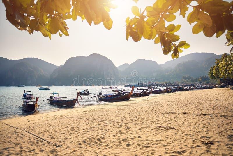 Boote des langen Schwanzes auf tropischem Strand lizenzfreie stockfotografie