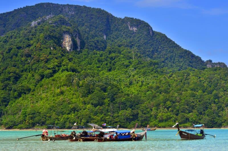 Boote des langen Schwanzes in Loh Dalum bellen in Phi Phi-Insel, Thailand stockbilder