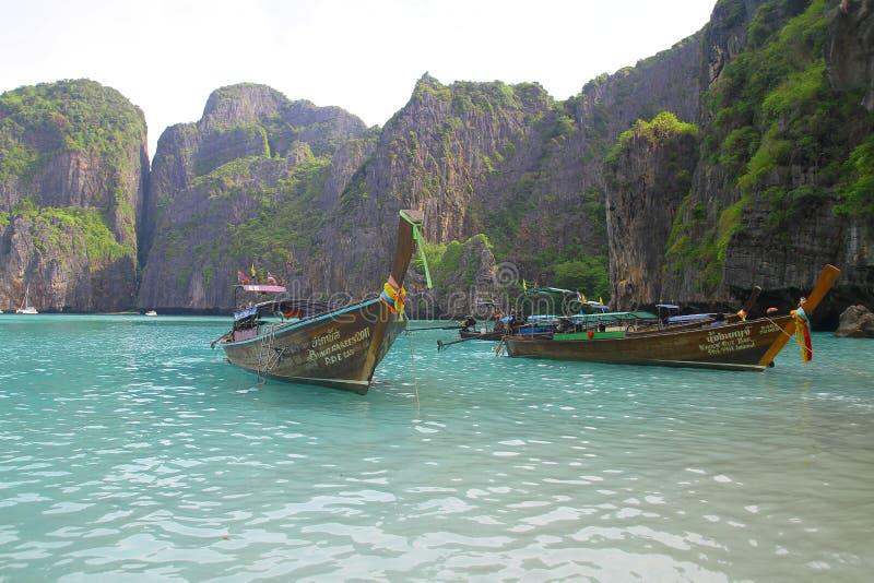 Boote des langen Schwanzes in Maya Bay - Thailand stockbild