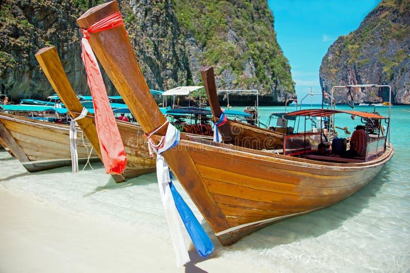 Boote des langen Schwanzes in Maya Bay von Insel Ko Phi Phi stockbild