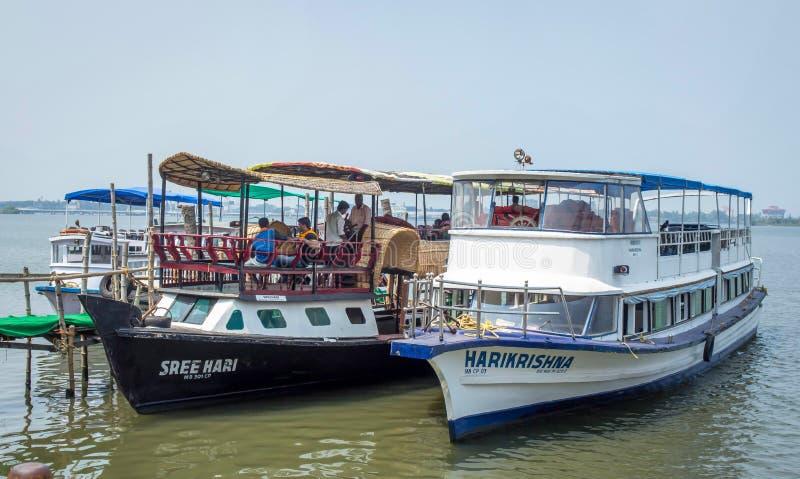 Boote, die auf See an Marine-Antrieb kochin stillstehen lizenzfreie stockfotografie