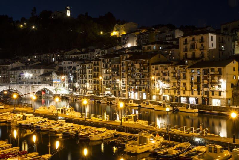 Boote, die im Jachthafen nachts, alte spanische Stadtgebäude im Hintergrund ankoppeln stockfotografie