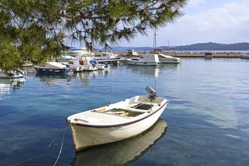 Boote, die im kleinen Hafen von Orebic, Kroatien liegen stockbilder