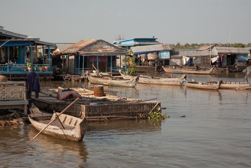 Boote am Dockhaus auf dem Wasser stockfotografie