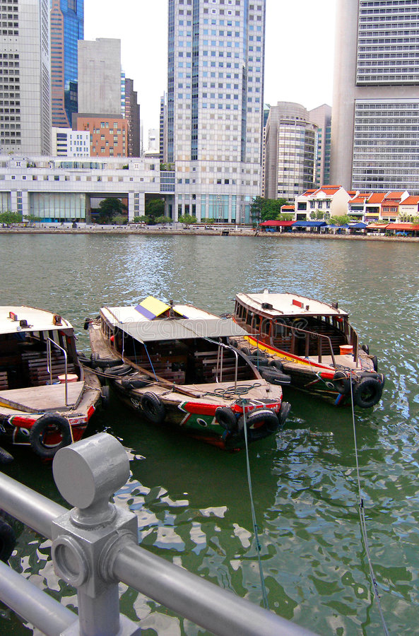 Boote durch Singapur-Fluss stockbild