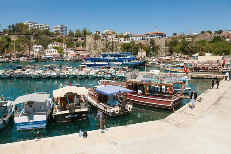Boote in einem Hafen der alten Stadt Kaleici in Antalya, die Türkei lizenzfreie stockfotos