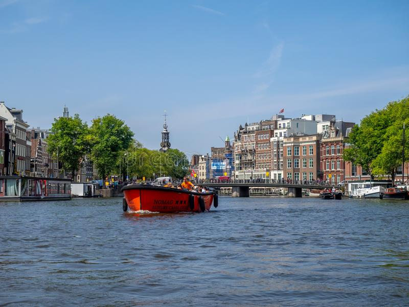 Boote entlang Amsterdam-` s schönen Kanälen stockbild