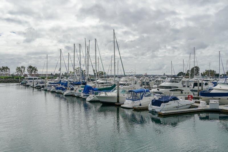 Boote festgemacht bei Embarcadero Marina Park North, San Diego stockbilder