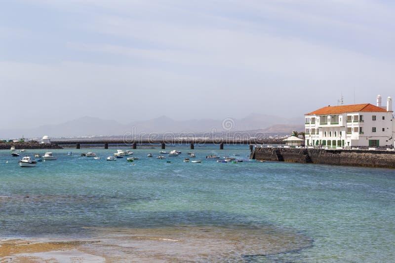 Boote festgemacht im Hafen von Arrecife stockfotos