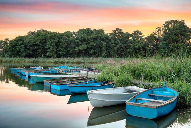 Boote gebunden an einer Anlegestelle lizenzfreie stockbilder