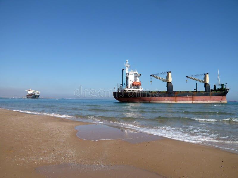 Boote gestrandet an Saler-Strand, Valencia, Spanien Containerschiff, nachdem gestrandet laufen laufen Sie gestrandet einen Sturmw stockbild