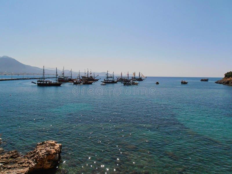 Boote im blauen Himmel des Piers lizenzfreies stockbild