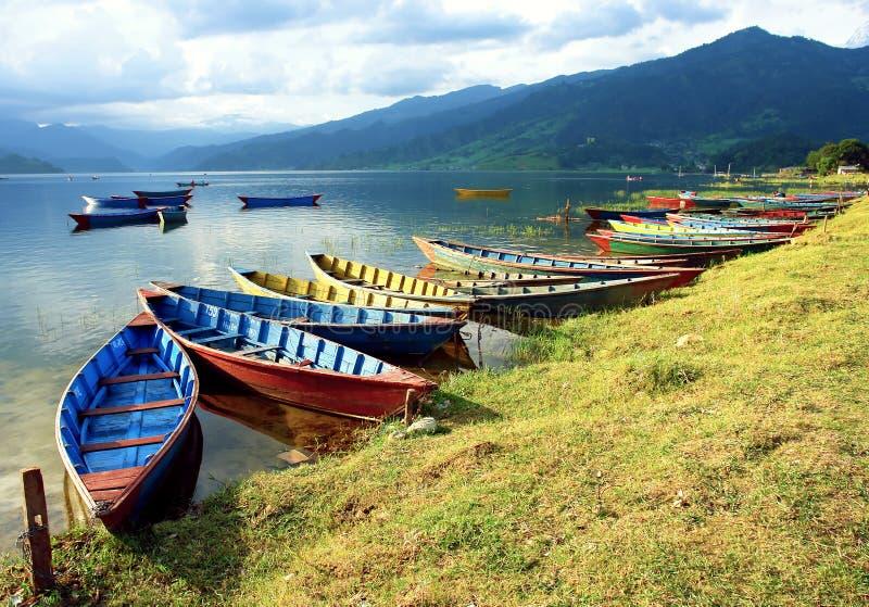 Boote im Fewa See lizenzfreies stockfoto