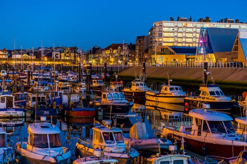 Boote im Hafen im königlichen Scarphout Yachtclub von Blankenberge, Belgien, 15. Februar 2019 stockfotos