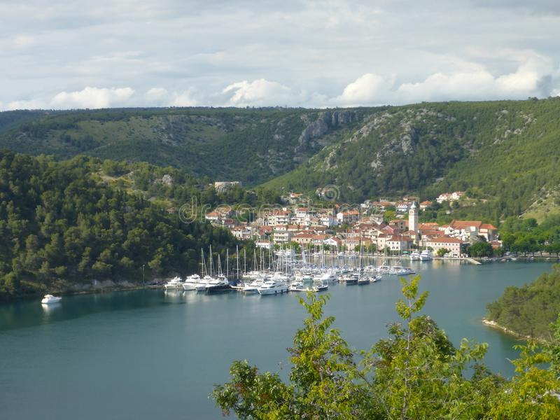 Boote im Hafen Sibenik, Kroatien lizenzfreie stockbilder