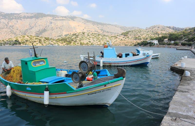 Boote im Hafen von Panormitis Symi Insel, Griechenland lizenzfreie stockfotos