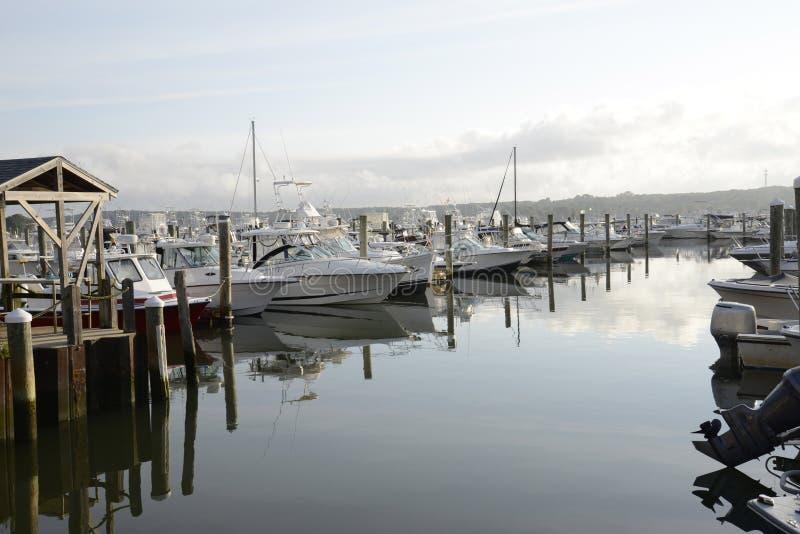 Boote im Jachthafen durch den Niantic Fluss in Connec lizenzfreie stockfotos