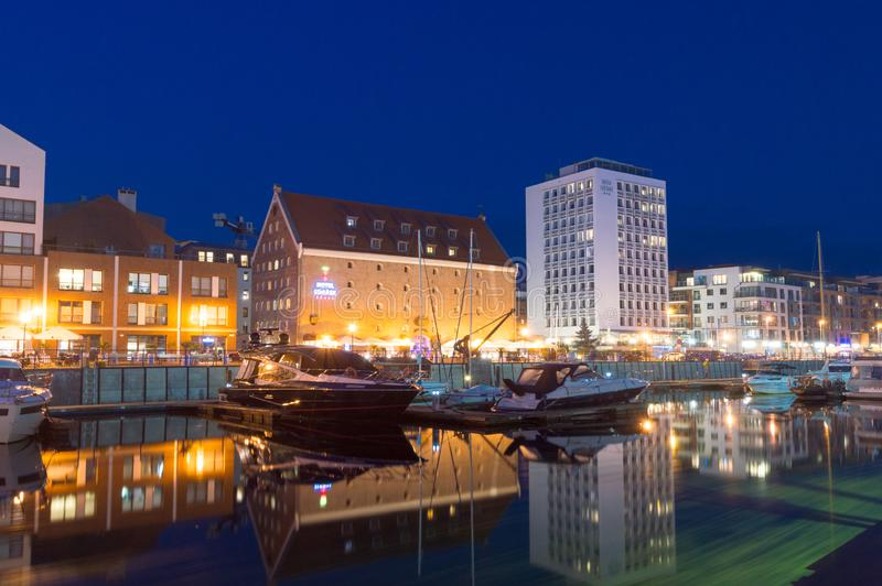 Boote im Jachthafen in Gdansk nachts stockbilder