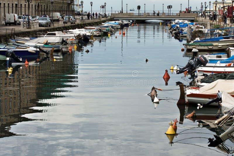 Boote im Kanal groß lizenzfreie stockbilder