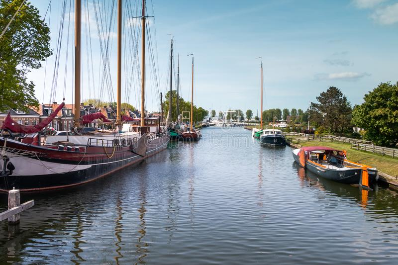 Boote im Kanal in Stavoren stockbild