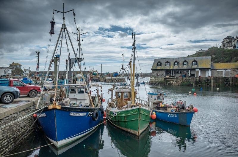 Boote im kornischen Hafen lizenzfreies stockfoto