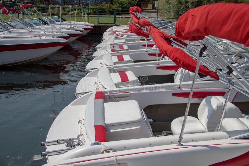 Boote im Lake- Tahoejachthafen lizenzfreie stockfotos
