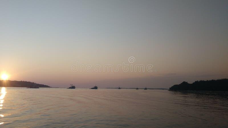 Boote im magischen Sonnenuntergang lizenzfreie stockbilder