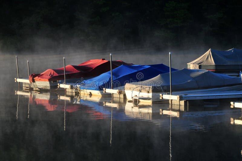 Boote im Nebel des Morgens lizenzfreie stockfotos