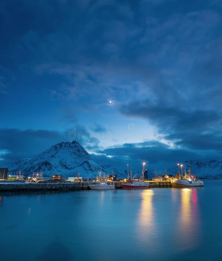 Boote im Norwegen bellen an der Nachtzeit lizenzfreies stockbild