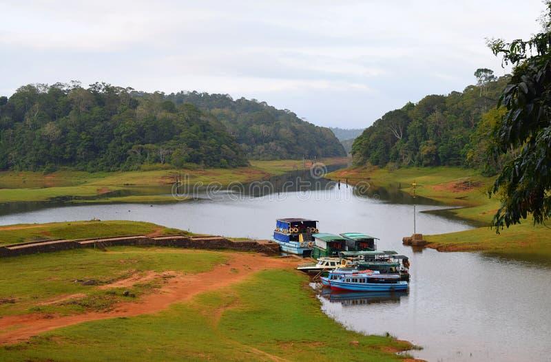 Boote im Periyar See und im Nationalpark, Thekkady, Kerala, Indien stockfoto
