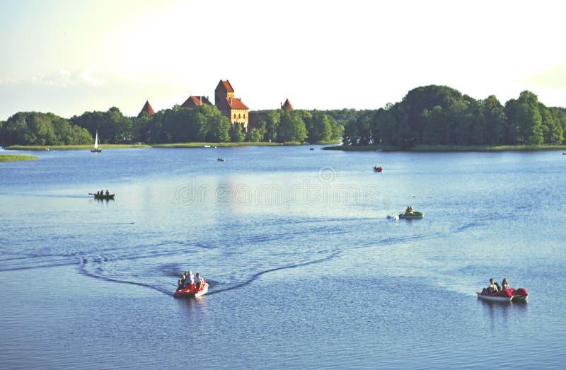 Boote im See nahe Trakai-Schloss stockfotos